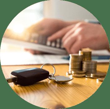 Bild mit Autoschlüssel, Geldmünzen und Taschenrechner