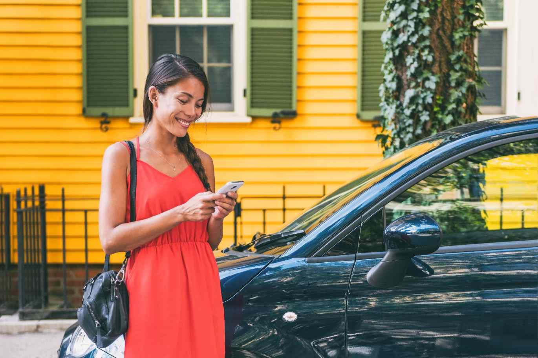 frau auto carsharing app parken