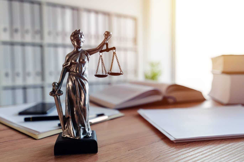 justiz-statue-büro-ordner-AdobeStock-low-res